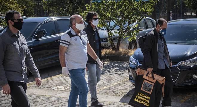 Agentes da PF carregam malotes após diligências de busca na Alesp