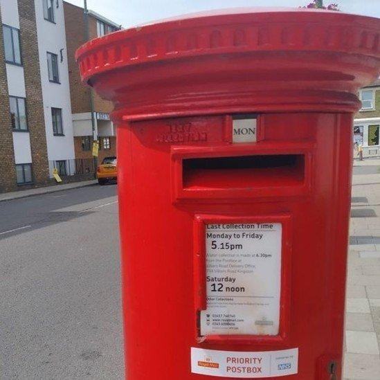 Os Correios britânicos instalaram caixas de correio prioritárias para o envio de amostras de voluntários e testes da covid-19