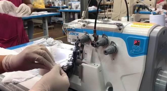 Marca de roupas está confeccionando máscaras não cirúrgicas, junto com parceiros, para doar a comunidades carentes no combate ao novo coronavírus