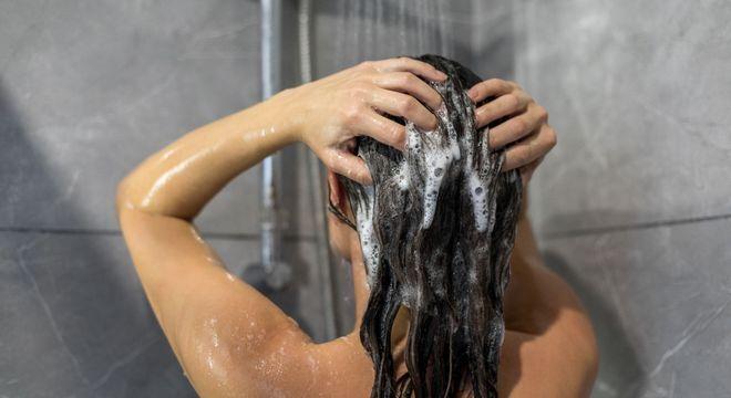 Cabelo oleoso – Causas, cuidados + formas de acabar com a oleosidade