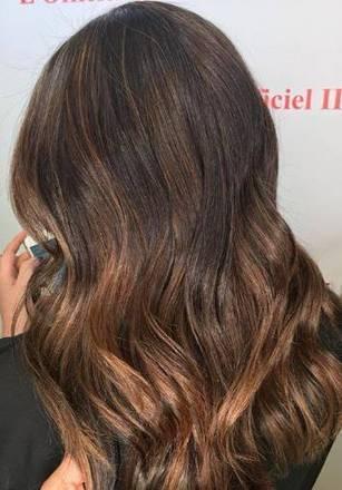 Inspirado no tom da atrizJennifer Love, para as morenas, com o fundo do cabelo castanho ou escuro, o profissional recomenda dois tipos de coloração.— O morena iluminada honey brown, que preserva mais o tom natural do cabelo