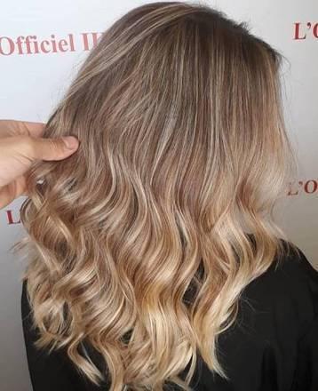 """Já para as loiras estiloBlake Lively,ou quem tem o cabelo original castanho claro, a dica é o beach blond ou loiro de praia. Como o nome diz, sugere um visual ainda mais """"ensolarado"""", partindo para os tons bem claros, quase acinzentados ou platinados"""
