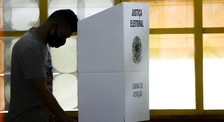 Eleitor na cabina de votação