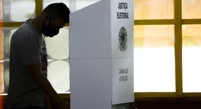 Eleitor na cabine de votação. Consulta pública avalia apoio a voto impresso