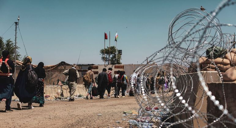 Pedestres no aeroporto de Cabul durante operação de saída do Afeganistão