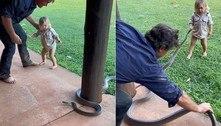 Caçador gera debate ao deixar filho de 2 anos manejar serpente