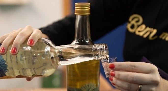 Prefeitura distribuiu gratuitamente bebidas alcoólicas em praça pública