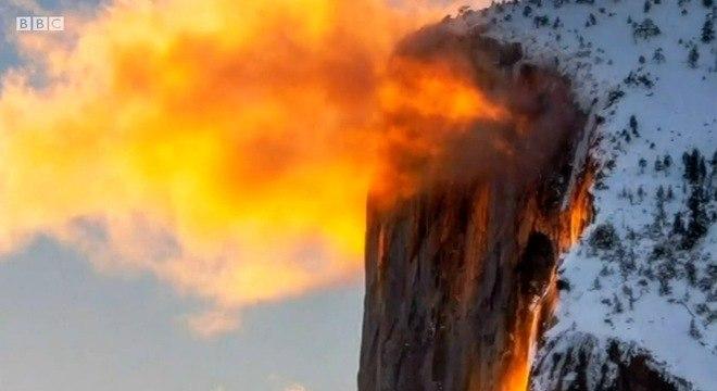Fenômeno ocorre em fevereiro, quando a luz do pôr do sol atinge a cachoeira
