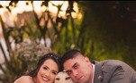 E os noivos não resistiram ao seu charme e também posaram ao lado dela, no maior estilo foto em famíliaVeja também:7 vezes em que animais renderam fotos hilárias e causaram na web