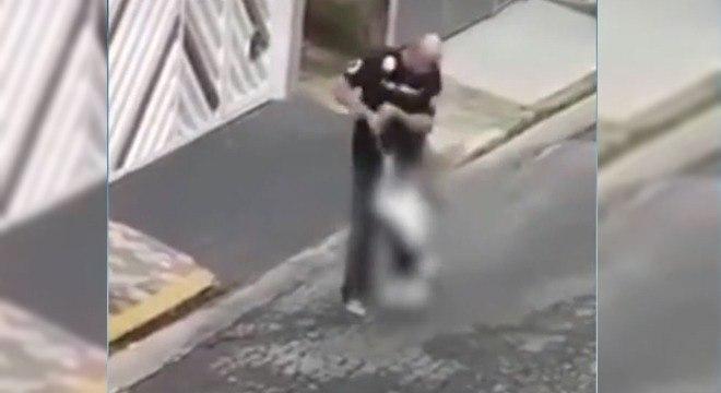Homem agride animal de estimação no meio da rua