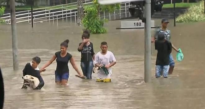 Na Barra Funda, zona oeste da capital, um grupo de sete crianças faz o resgate de um cachorro em meio à enchente