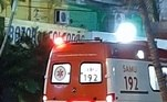Imagens um tanto tristes mostram um cãozinho leal pegando uma carona na ambulância do Samu em que o dono era levado para atendimento
