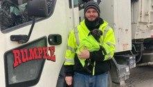 Motorista de caminhão de lixo resgata cão abandonado em sacola