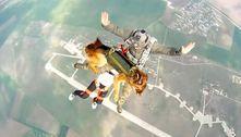 Soldados russos fazem salto de paraquedas acompanhados de cães