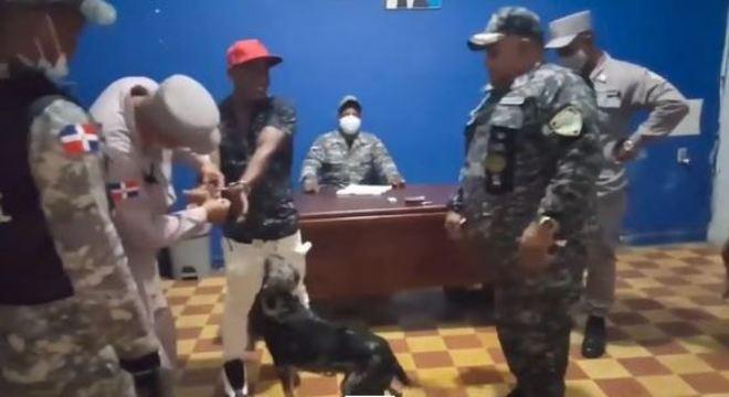 Policiais liberaram homem após cachorro ir buscá-lo