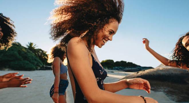 Cachos no verão: saiba como preparar os cabelos para a estação