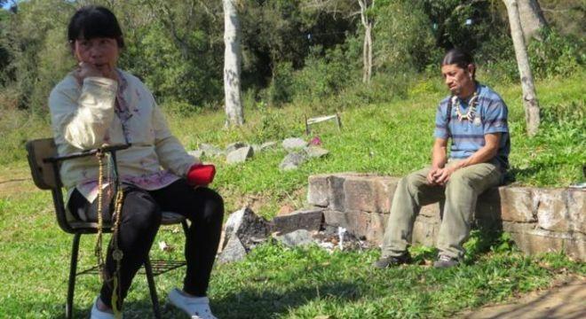Cacica-geral Acuab com filho, Cacique Guaiamá, na aldeia Polidoro