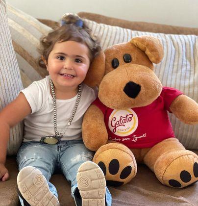 Outro clique fofo de Maitê é este, em que a menina aparece ao lado de um ursinho de pelúcia