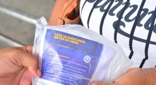 Cada usuário receberá duas máscaras de tecido, que são reutilizáveis, como parte de um kit que também contém material educativo com instruções de como usar e lavar o acessório de proteção individual