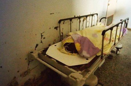 O odor que os cadáveres exalam no local é quase insuportável e condições de conservação têm deixado familiares indignados