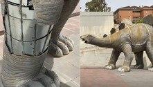 Cadáver é achado de cabeça para baixo em estátua de estegossauro