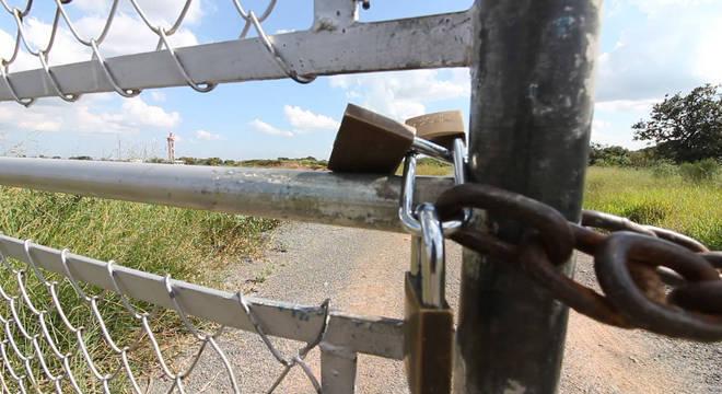 Cadeados novos foram colocados em portão arrombado na fuga