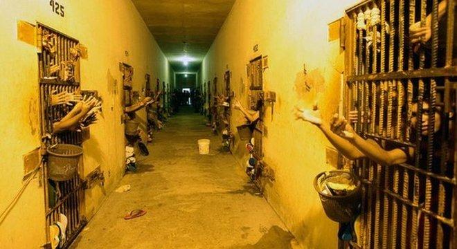 Presídios lotados favorecem o controle por grupos criminosos, que arregimentam novos integrantes no próprio sistema prisional