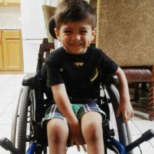Garoto recebeu doações para uma cadeira de rodas motorizada