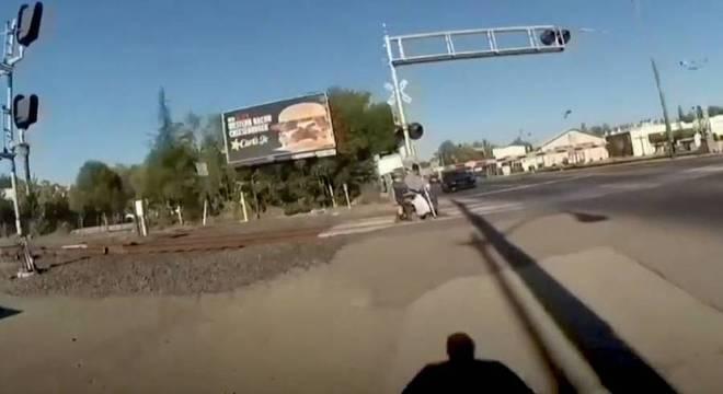Imagem da câmera corporal da policial correndo para retirar cadeirante dos trilhos