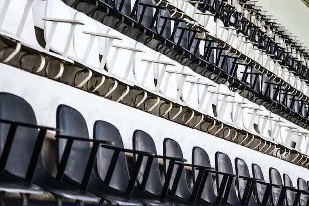 Cadeiras em setor do estádio Nabi Abi Chedid.