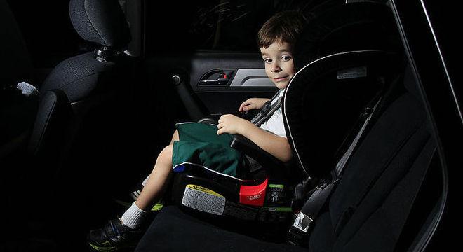 Multa para motorista que transporta crianças fora da cadeirinha é de R$ 293,47