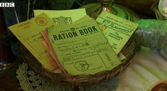 Também há cadernos usados para racionamento de comida, administrados pelo Ministério da Alimentação.