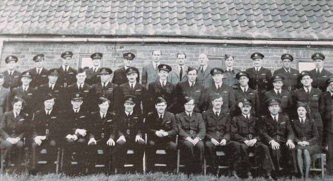 Eleanor Wadsworth (na primeira fila, à esquerda) entrou para a ATA em 1943