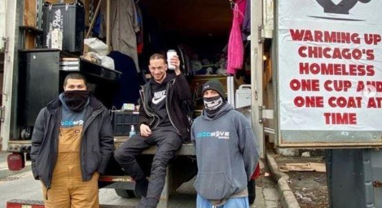 Dono da cafeteria levou agasalhos e café quente para moradores em situação de rua