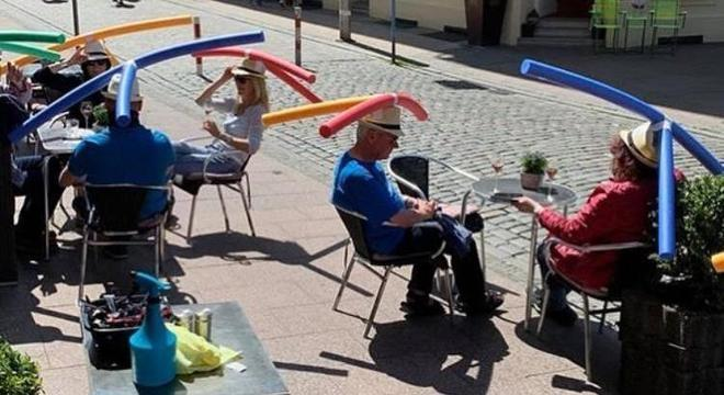 Clientes usam o chapéu oferecido pelo estabelecimento