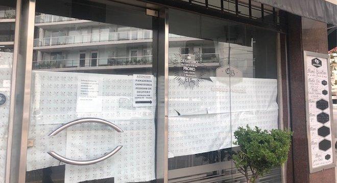 Café fechado em Palermo, em Buenos Aires, em respeito à quarentena decretada pelo governo