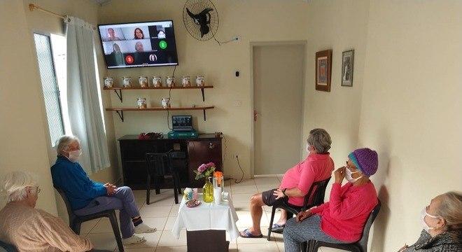 Idosos participam de bate-papo através de videochamada