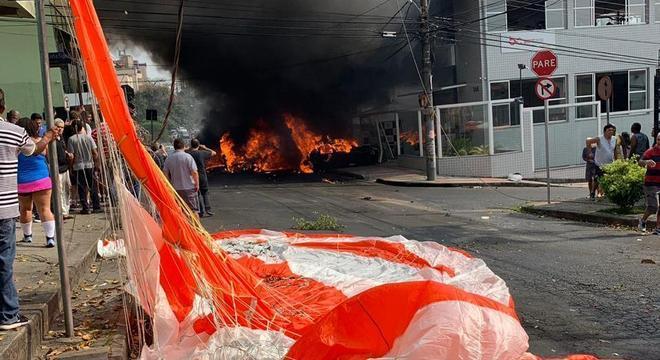 Avião se chocou contra academia que fica na rua Minerva, no bairro Caiçara