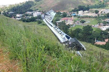 Aeronave estava caída, fora da pista