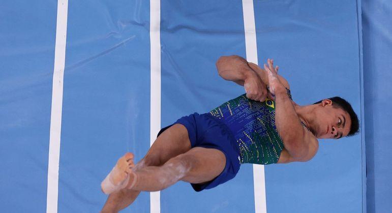 Caio Souza em ação na final da prova individual da ginástica artística: 17º lugar