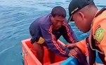 Um pescador ficou três dias a deriva dentro de uma caixa de gelo até ser finalmente resgatado. Toda a operação de resgate foi filmada