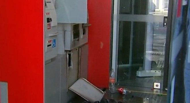 Suspeitos usaram maçarico para acessar cofre de caixa do banco Santander