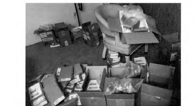O agente Duffy encontrou caixas com telefones falsos na casa dos jovens