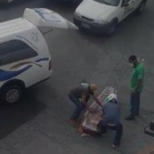 Caixão caiu no meio da rua em SP