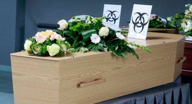 """Na Bélgica, caixões de vítimas de covid-19 estão sendo marcados com sinais de """"perigo biológico"""""""