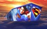 O importante é um exagero, algo que soa quase ofensivo para o momento de luto, como essa explosiva imagem de Superman: O Retorno, um filme ruim do herói