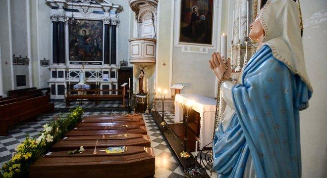 Os caixões estão se acumulando mesmo dentro de igrejas italianas