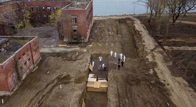 Vítimas da covid-19 são enterradas em vala comum na cidade de Nova York