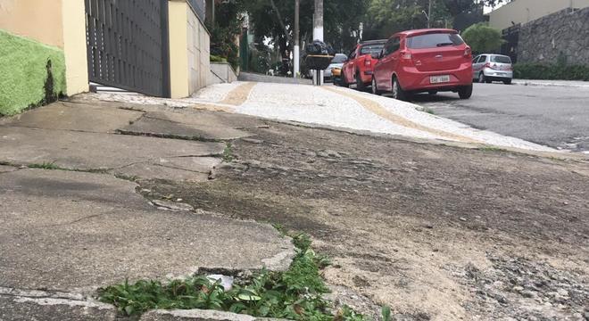 Calçada com buracos e degraus na região do Ipiranga, na zona sul de São Paulo