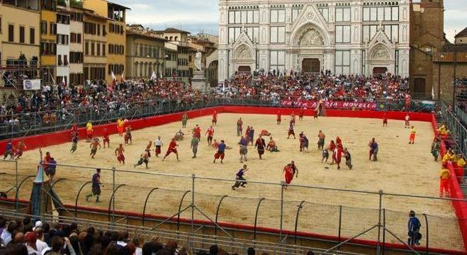 """Uma encenação do """"Calcio Storico"""", em Florença"""
